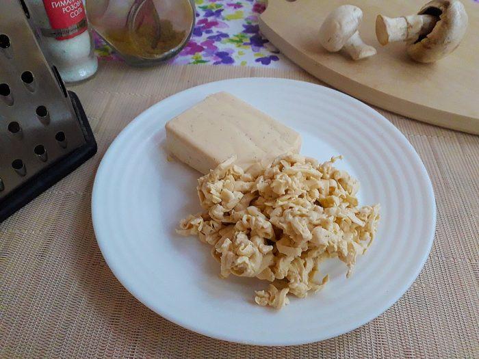 Натрите на терку плавленый сыр