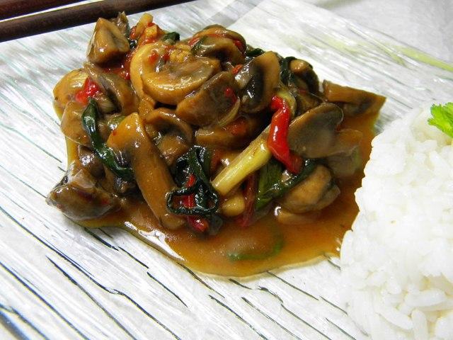 Шампиньоны по-азиатски на тарелке