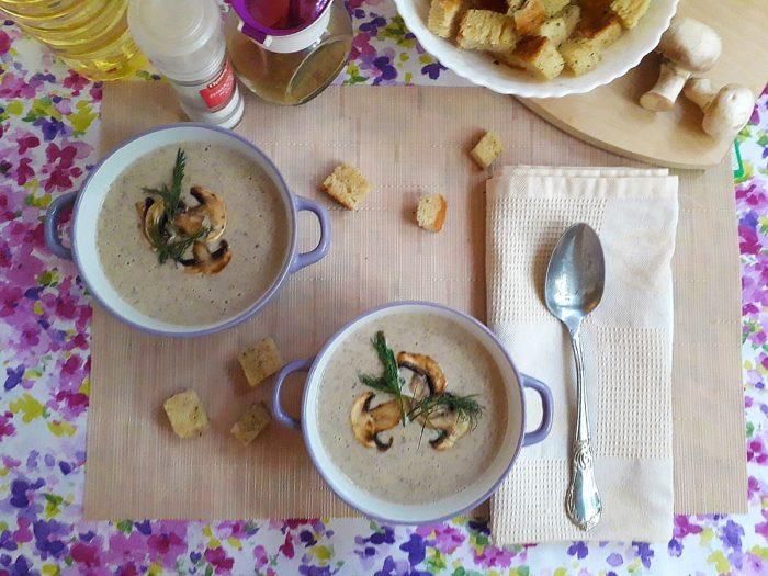 Подавать грибной суп с сухариками и зеленью
