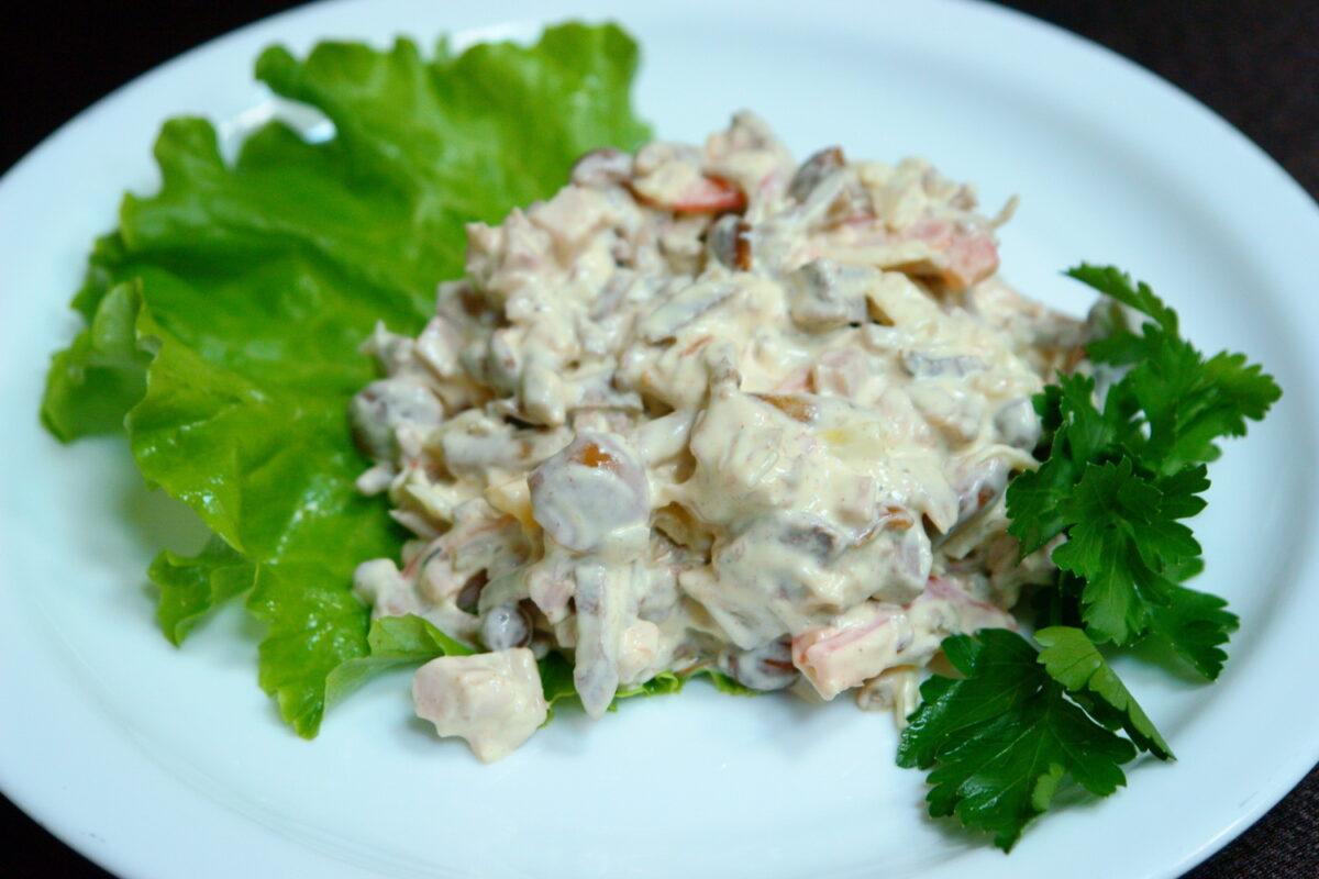 Салат с жареными грибами, копченой курицей и картошкой: картинка