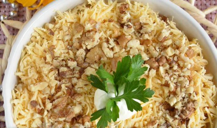Как приготовить салат с курицей, шампиньонами и грецкими орехами