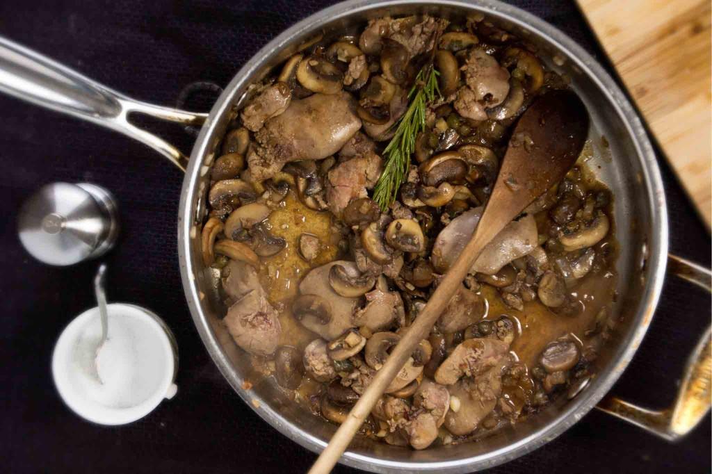 Как приготовить печень с грибами в пряной заправке