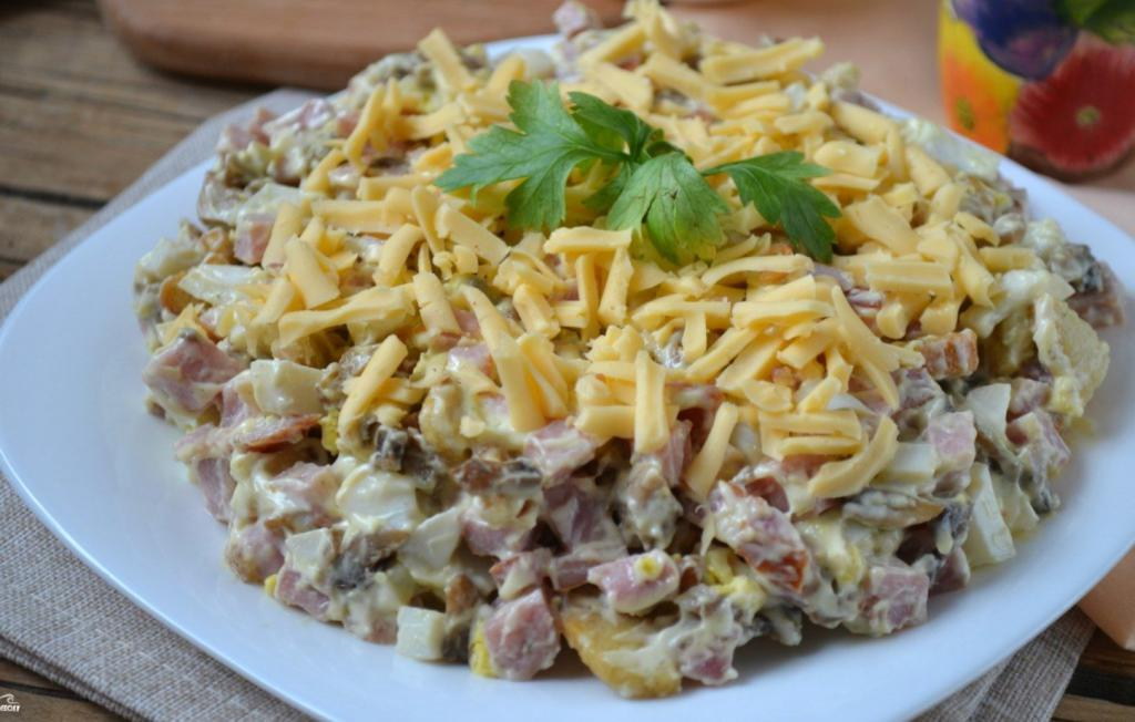 Слоеный салат с жареными опятами, курагой и ветчиной: картинка