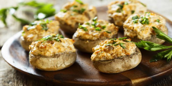 Шляпки шампиньонов, фаршированные сыром и картошкой