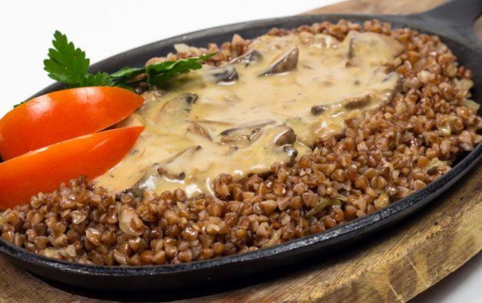 Рецепт приготовления гречки под белым грибным соусом