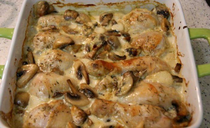 Как приготовить курицу с шампиньонами в сметане, сделанная в духовке