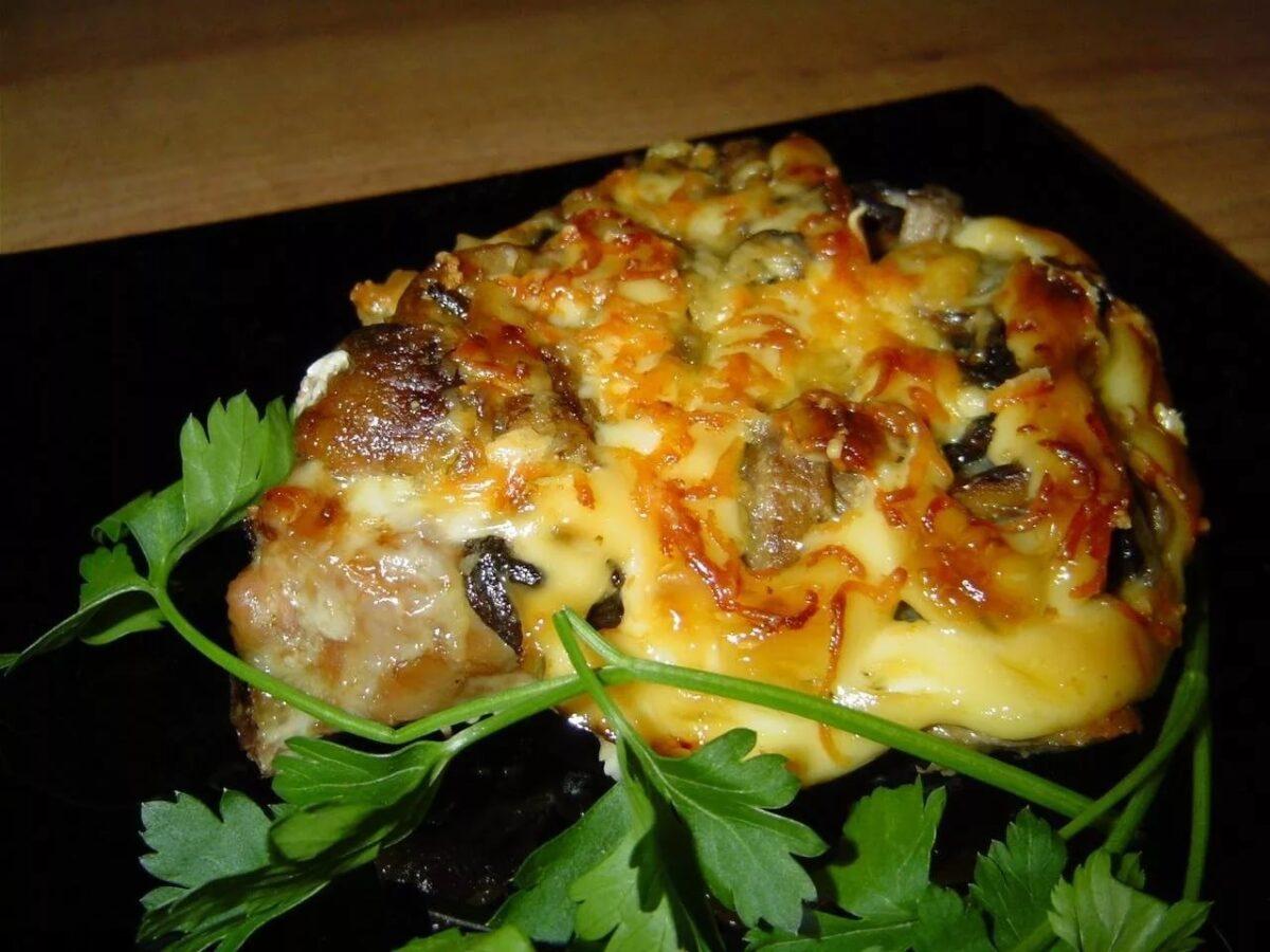 Мясо с шампиньонами по-французски на овощной подушке