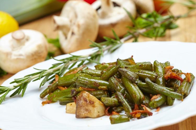 Салат с жареными грибами и стручковой фасолью