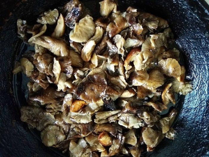 Обжарить на масле грибы