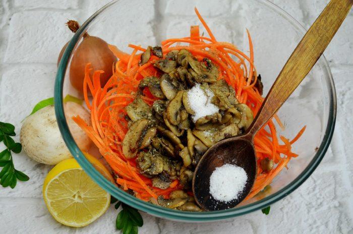 Добавляем в салат соль и травы