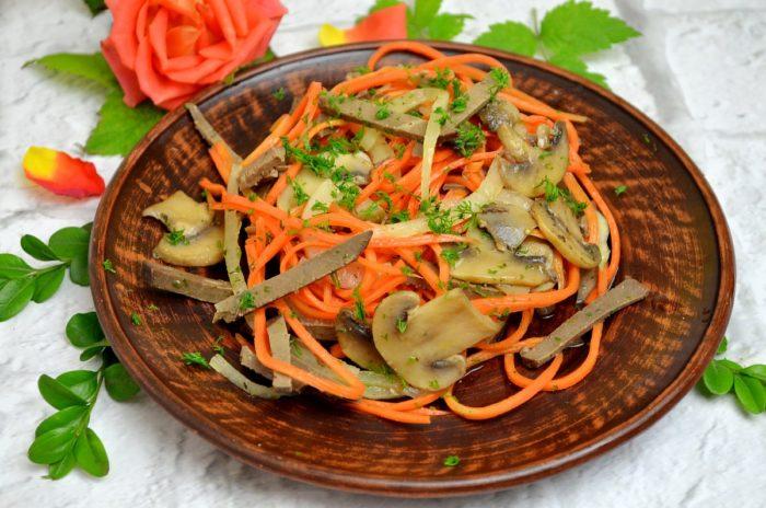 Салат из отварной печени с грибами и овощами