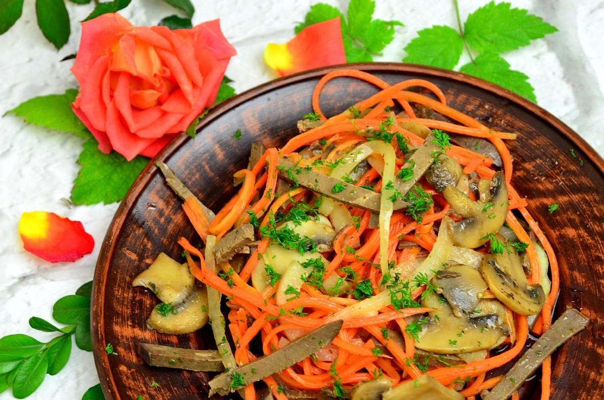 Как приготовить салат из отварной печени с грибами и овощами