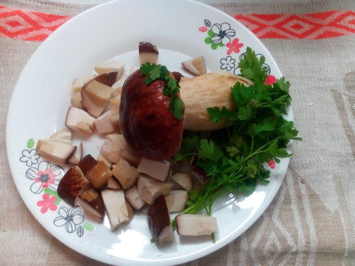 Перед готовкой нужно мелко нарезать белые грибы