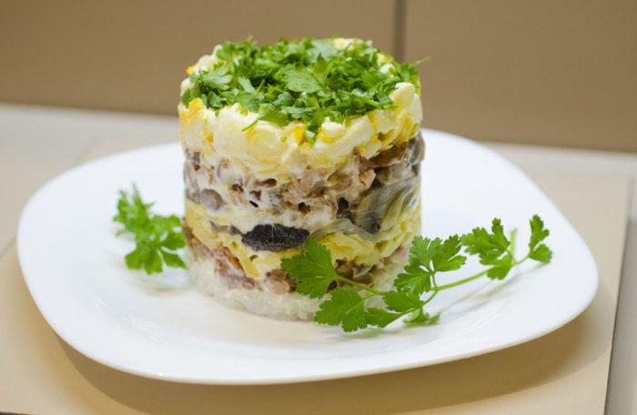 Царский салат с шампиньонами и черносливом
