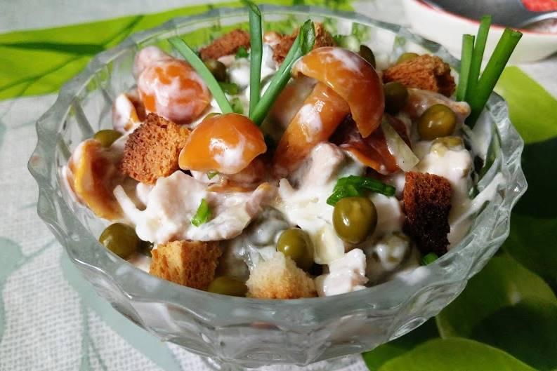 Салат с опятами, овощами и курой
