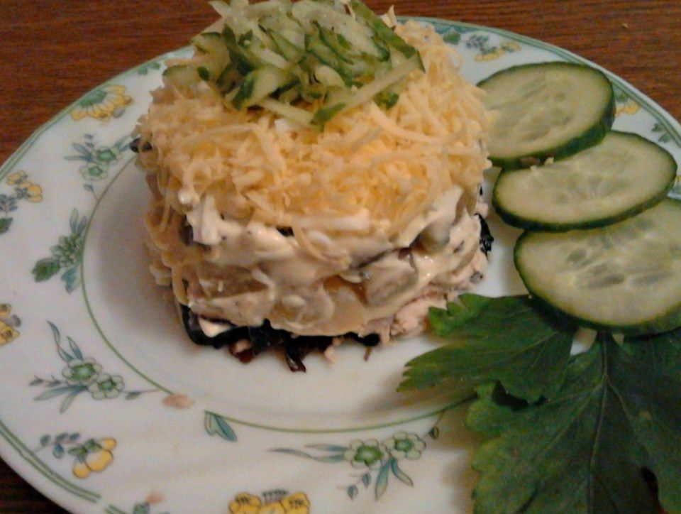 Слоеный салат с опятами, черносливом и курицей