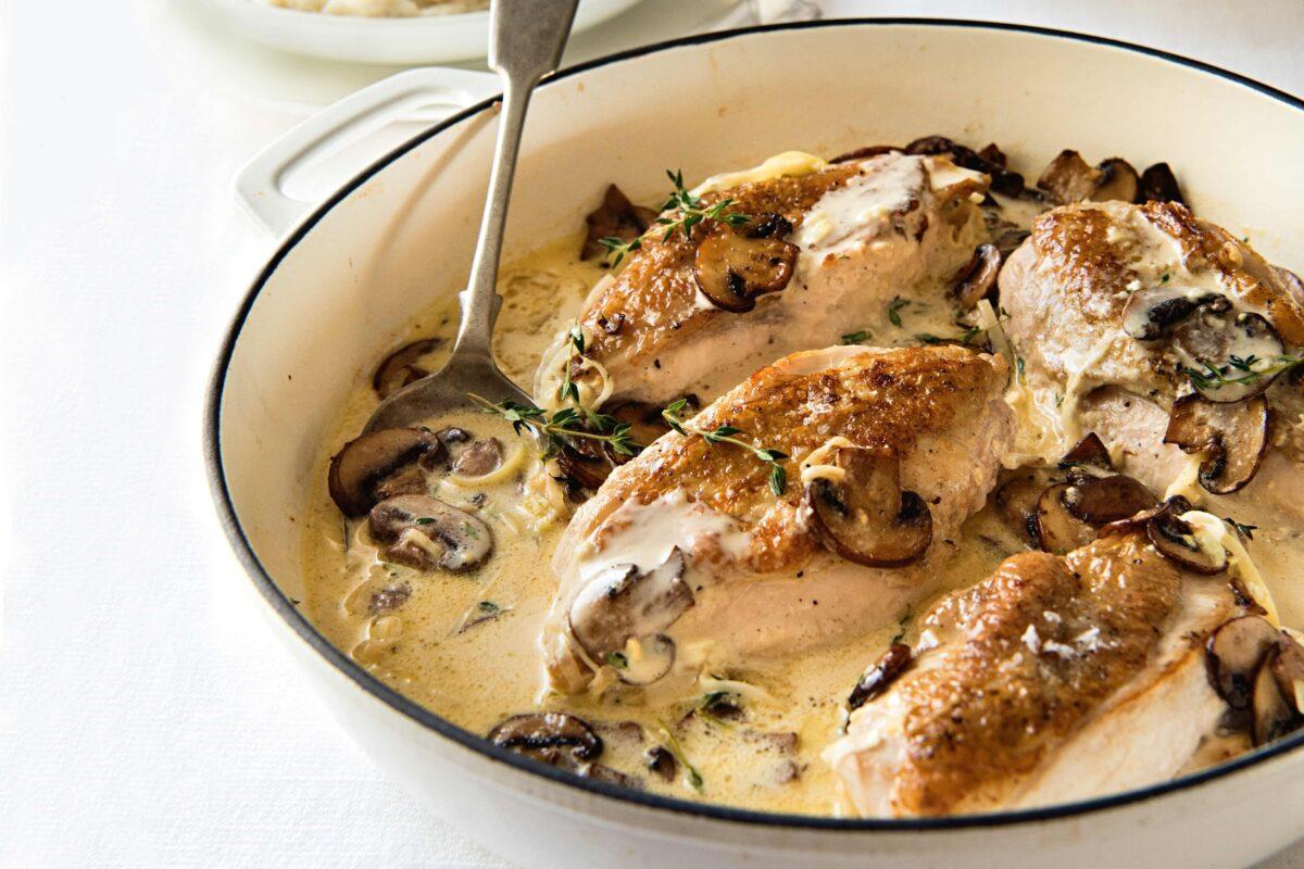 Филе курицы с шампиньонами и чесноком в сметане: рецепт и фото