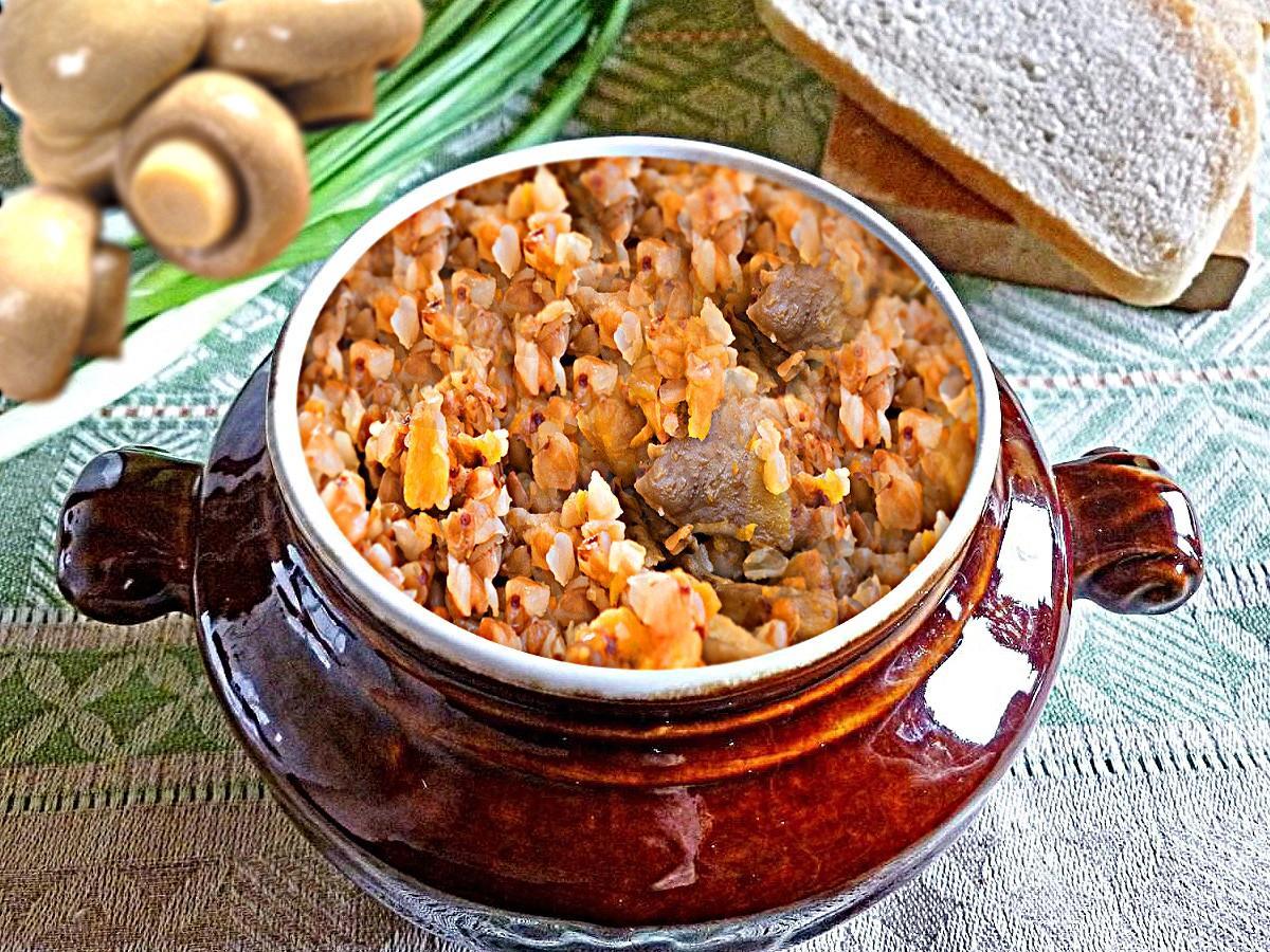 Гречка с грибами и овощами в горшочках с добавлением куриных фрикаделек