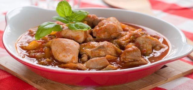 Гуляш из курицы и шампиньонов в сметане с томатной пастой