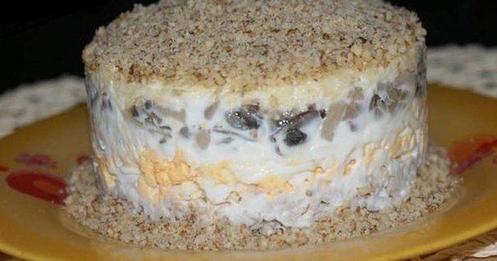 Салат с курицей, шампиньонами и грецкими орехами: рецепт