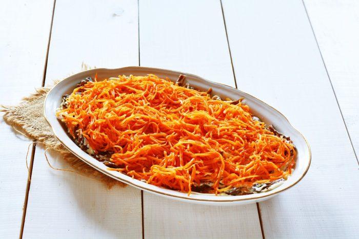 Выкладываем слой морковки по корейски