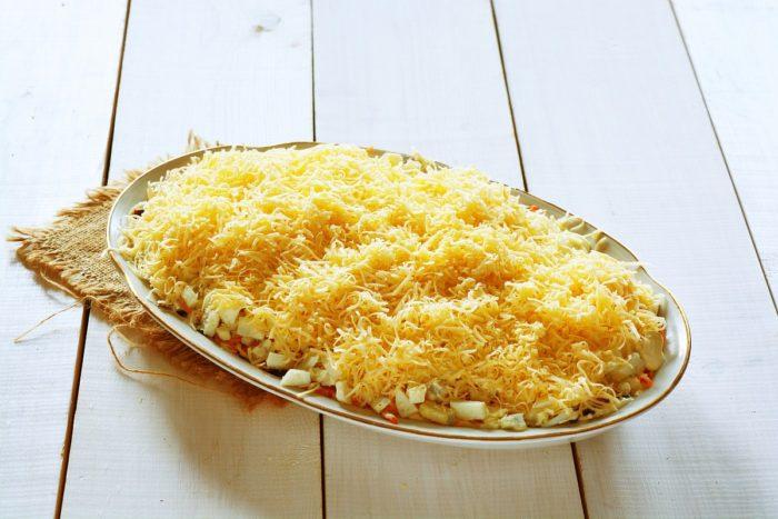 Распределить тертый сыр